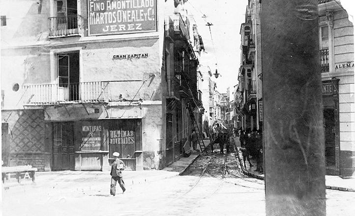 La angosta calle Génova en los años 30, en el cruce (a la derecha) con Alemanes