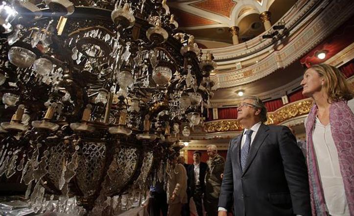 Zoido y Sánchez Estrella contemplan la lámpara del Teatro Lope de Vega