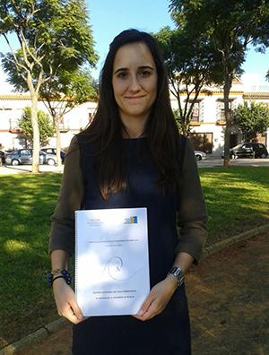 Marta Reyes muestra su Premio Ciudad de Sevilla