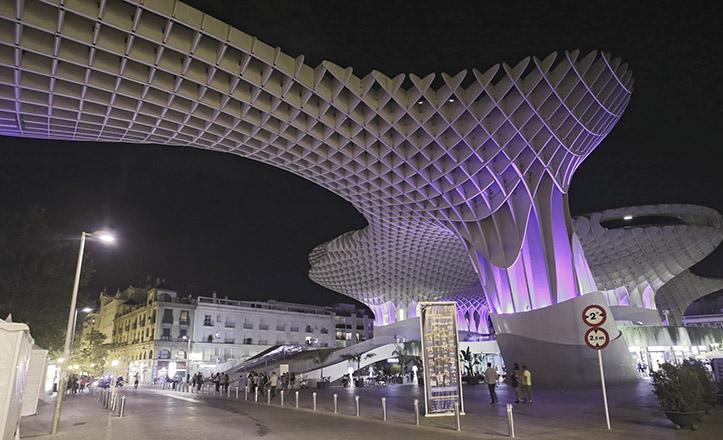 Vista nocturna del Metropol Parasol / Juan Flores