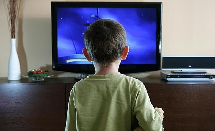 El sobreexposición a las pantallas, ya sean de móvil, tablet o televisión, puede acabar en adicción