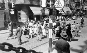 Peatones cruzan en dirección a García de Vinuesa en 1958