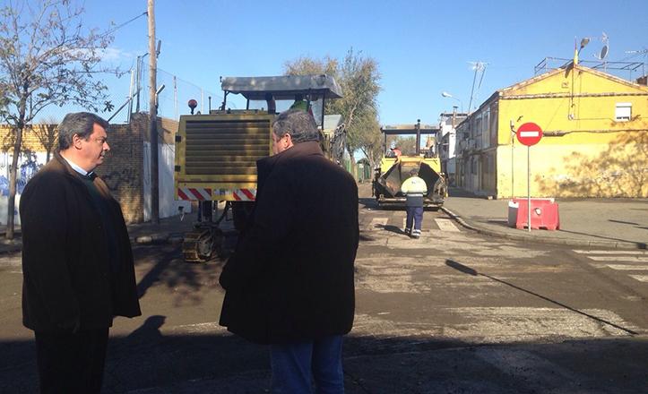 Ignacio Flores y Ramón Bulnes supervisan los trabajos en la pavimentación del Distrito
