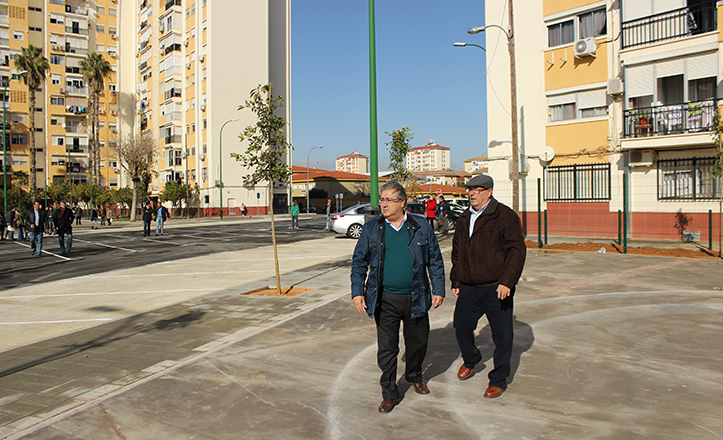 Juan Ignacio Zoido y Ricardo Molinero en la reurbanizada plaza de Bib Rambla / Fran Piñero