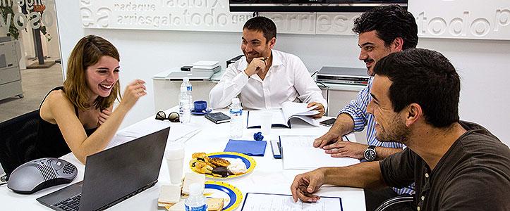 Mario Casas y María Valverde junto con los directores, Enrique Fernández Guzmán y Juanma Suárez.