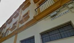 Rótulo de la calle Adelantado, en la Macarena