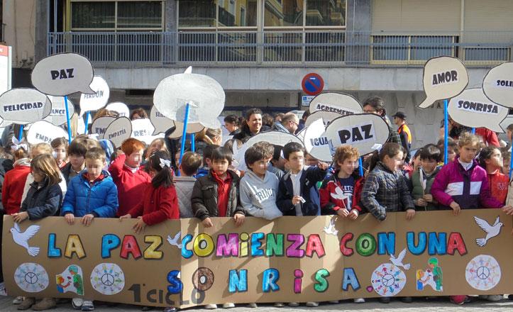 Palomas, globos y poesía para celebrar el Día de la Paz en los Padres Blancos