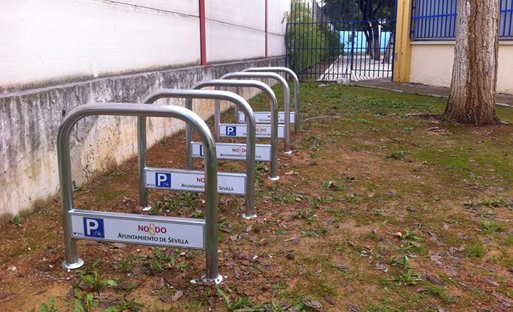 Bicicleteros en el interior del CEIP Martín de Gaínza
