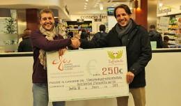 Javier Baquero, de Infovital, entrega el Cheque del concurso «Disfruta del deporte de forma saludable» a Carlos Uribe, de La Squadra / Fran Piñero