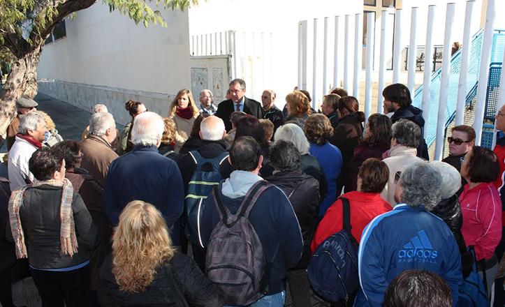 Juan Espadas junto a los usuarios del Centro Deportivo Los Mares