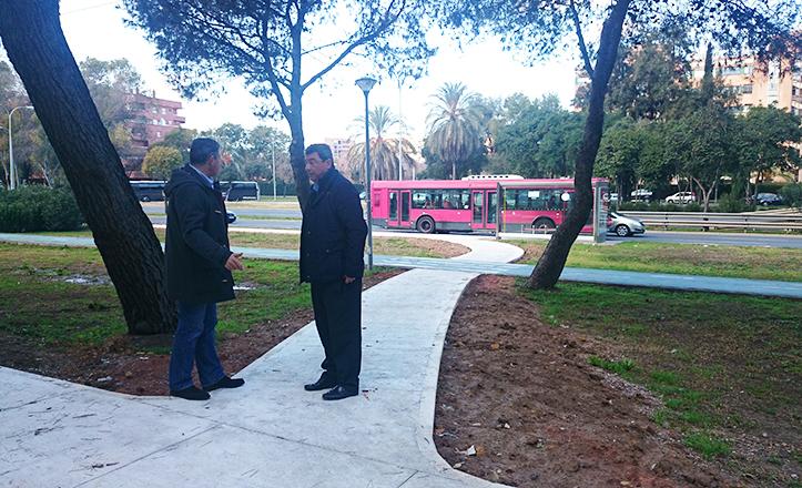 Ignacio Flores y Jorge Martínez observan las flamantes sendas peatonales de Luis Uruñuela