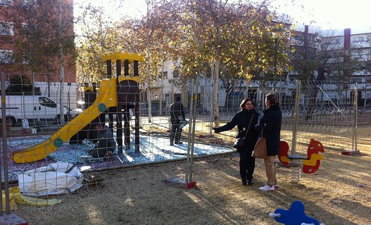 Instalación del nuevo suelo de caucho del Parque Blanco White