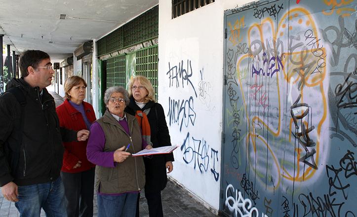 Luis Fernández, de IU, visita los locales anexos al mercado del Tiro de Línea