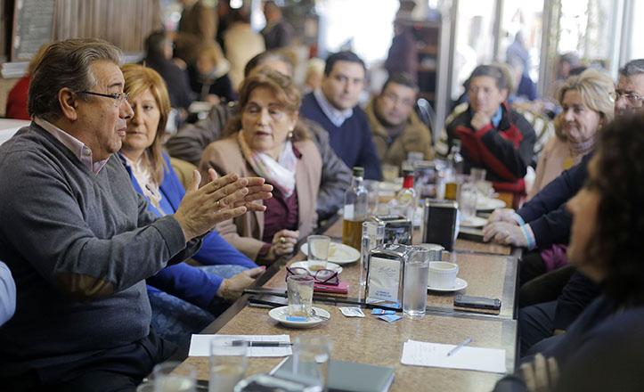 Zoido se ha reunido con los comerciantes de la Macarena para tratar el asunto del tráfico