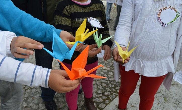 1100 grullas de papel en el día escolar de la no violencia y la Paz en la Macarena