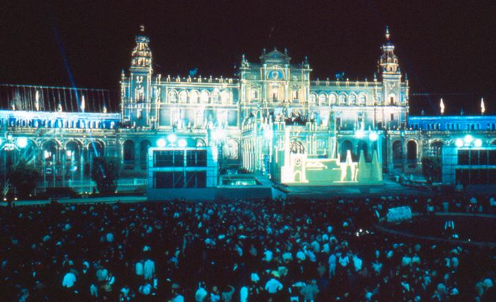 Mapping láser sobre la fachada y cubiertas de la Plaza de España, en 1989 / Juan Ruesga