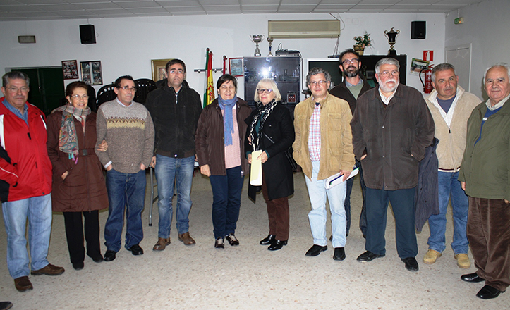 Josefa Medrano y Luis Fernández junto a vecinos de Valdezorras