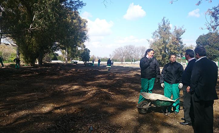 Ignacio Flores visita a los operarios de «Emplea joven» que están limpiando la calle Tigris.