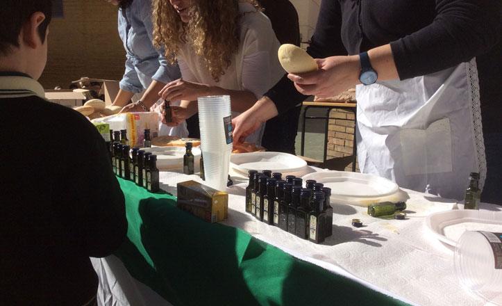 El Distrito Sur reparte pan y aceite entre los escolares para celebrar el Día de Andalucía