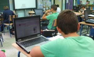 Alumnos del Julio Coloma consultando la web