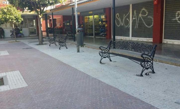 Nuevos bancos en la plaza de la Toná