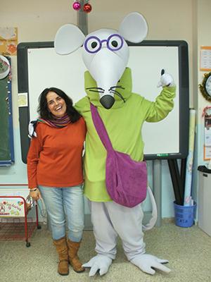Carrillo, junto a la mascota de la biblioteca del Julio Coloma