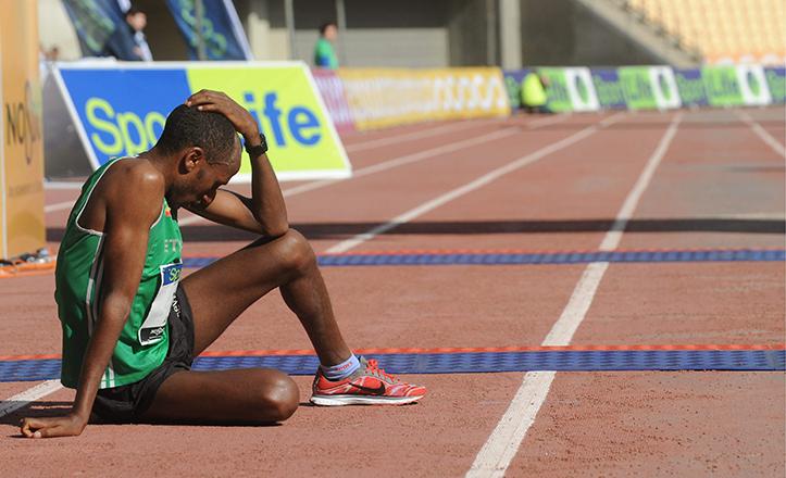 Un corredor culmina desfallecido la Maratón de Sevilla de 2013 / J. José Úbeda