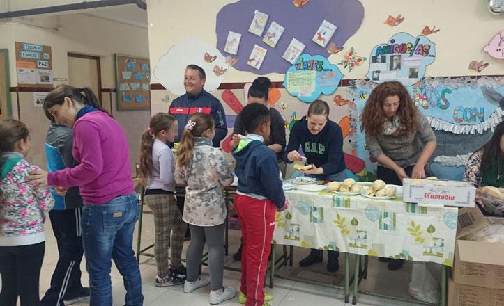 El Desayuno andaluz reparte 20.000 piezas de pan en los colegios del Este