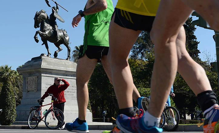 Maratonianos en la glorieta del Cid / Juan José Úbeda