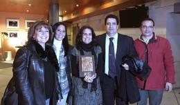 Mari Carmen Carrillo, en el centro, acompañada de la directiva y el Ampa del CEIP Julio Coloma