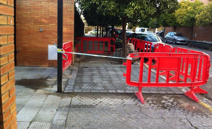 Mejoras en el acerado del cruce entre las calles Fragata y Corbeta, en Los Bermejales