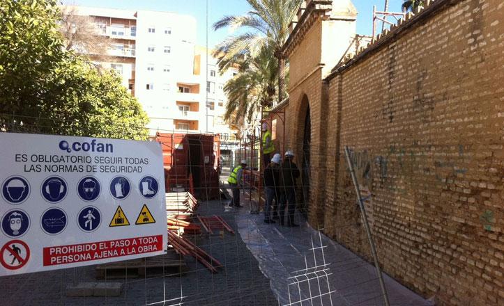 Continúan las obras de restauración de la muralla de los Jardines de la Buhaira