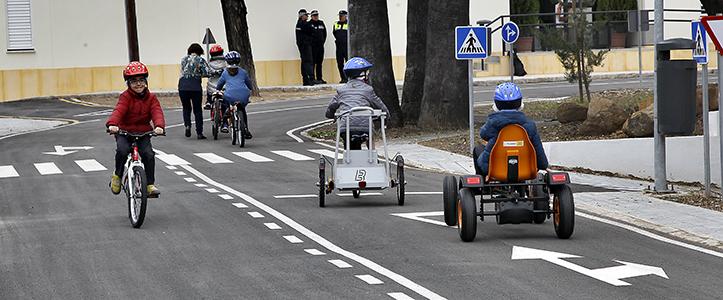 Conductores, ciclistas o peatones. Los niños toman el renovado Parque de Tráfico de La Borbolla / J.M. Serrano