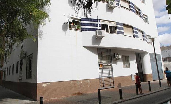 Un grupo de viviendas sociales de la calle Burdeos denuncia que lleva «un mes sin ascensor»