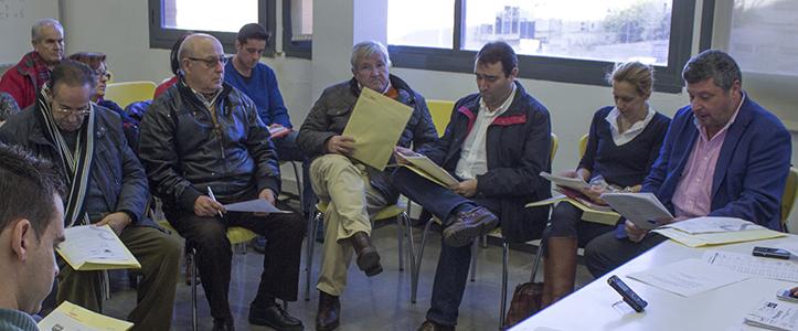 De izq a dcha, los portavoces de la AVV Tres Calles, Peña Bética Manuel Castaño y del Partido Popular / Fran Piñero