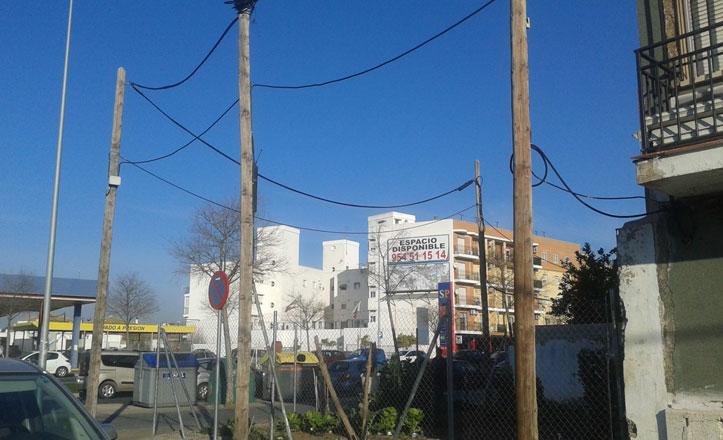 El distrito Bellavista-La Palmera insta a Endesa a retirar los postes de luz en la calle Pamplona