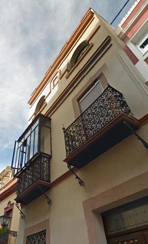 Fachada de la casa de tres plantas en la calle Santa Ana / G. Maps.