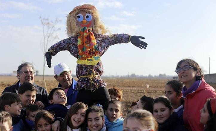 Zoido en plena visita al Huerto Escolar de SAFA, en Valdezorras