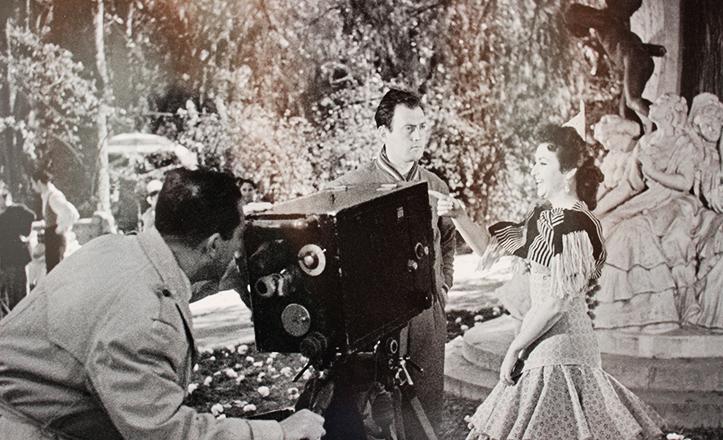 Entre las curiosidades del libro, esta foto del rodaje de «Goodbye Sevilla», con Marujita Díaz, de 1955