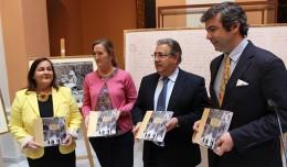 Amparo Graciani y José Lucas Chaves, autores del libro sobre el Centenario del Parque de María Luisa, junto a Zoido y Sánchez Estrella / Fran Piñero