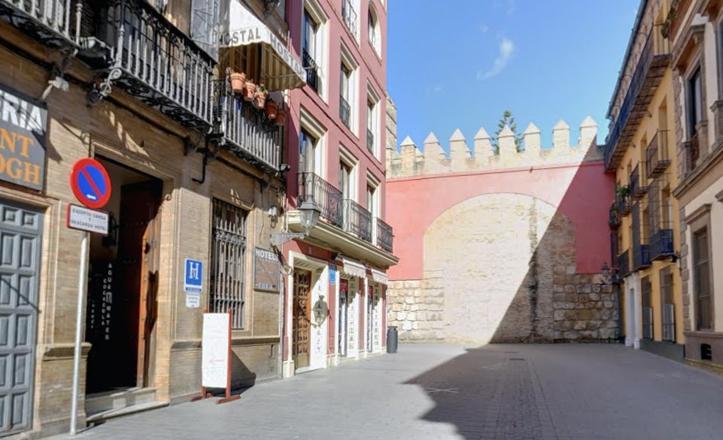 Tramo final de la calle Miguel Mañara, rematando en el lateral del Alcázar / G. Maps