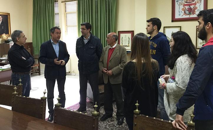 Juan Espadas con los alumnos y la dirección de la Escuela Politécnica