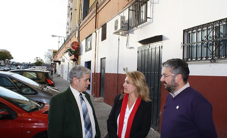 Eva Oliva, junto a José Antonio Martínez Conde, también de IU, y Manuel Alonso en los locales abandonados de Fray Serafín de Ausejo