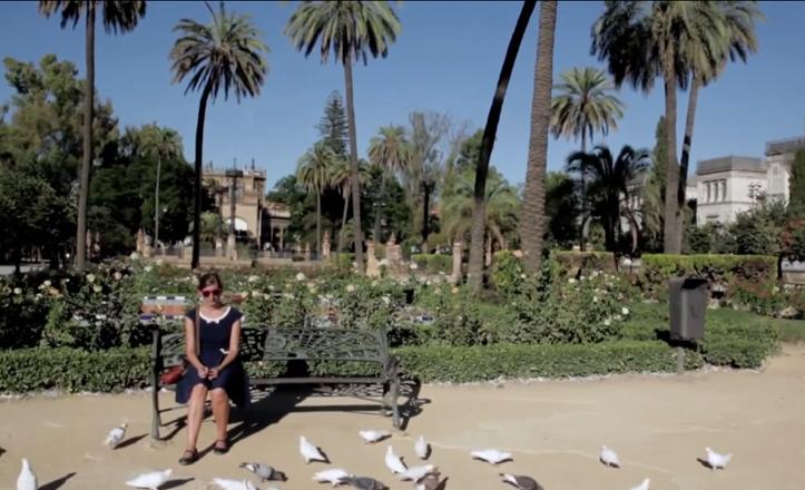 La protagonista de «-273», el corto de Pablo Canela, madura una decisión clave tras pasear por las calles de Sevilla