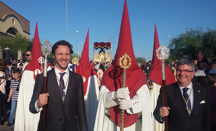 José Miguel Luque, delegado del Distrito Cerro-Amate, y Antonio Barrero, Hermano Mayor de San Roque, acompañan a la Presidencia de Padre Pío