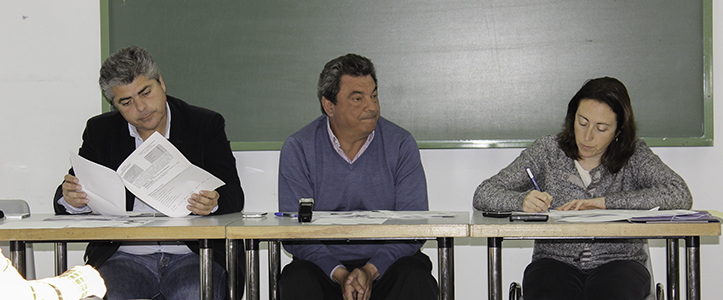 Ignacio Flores, en el centro, junto con el director del Distrito, Jorge Martínez, y la secretaria de la sesión / Fran Piñero