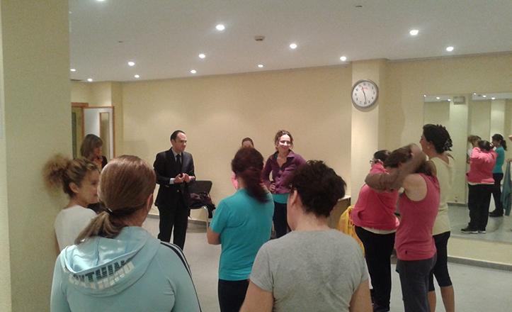 Rafael Belmonte vista el taller sociocultural de aerobic