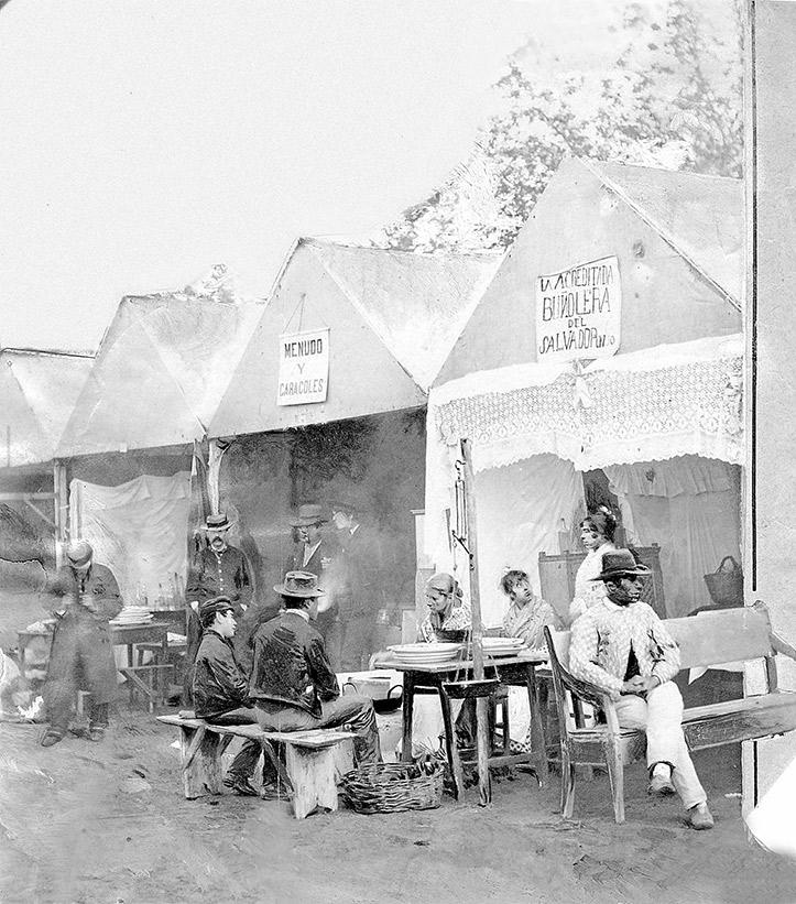 Foto publicada en «Blanco y Negro« en 1894. Se ve a la buñolería del Salvador y junto a ella una caseta que vendía menudo y caracoles