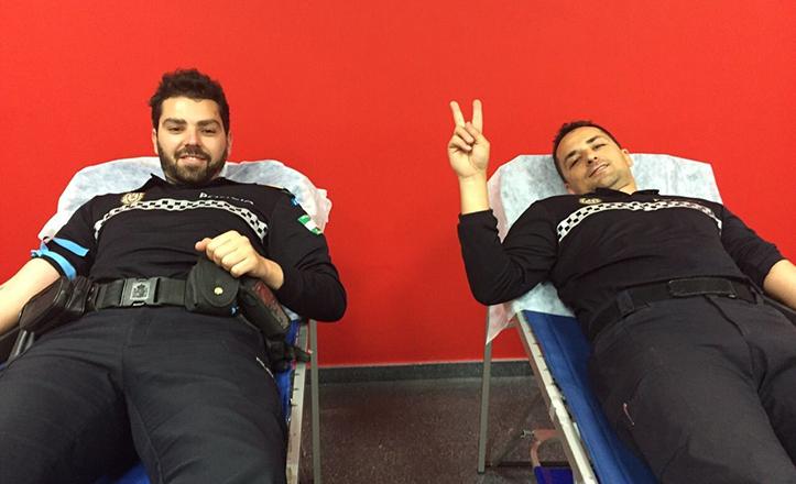 Agentes de Policía Local donando sangre en Cerro-Amate