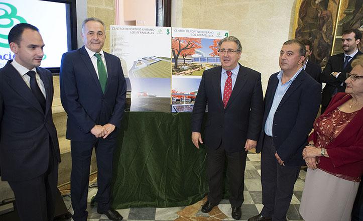 R. Gordillo presenta el proyecto de Centro Deportivo para Los Bermejales junto a R. Belmonte, J. Ignacio Zoido, J.M. Mira y C. Rivas / F. Ruso